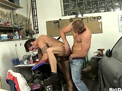 This mechanic gets his flannel sucked wide be useful to a horny dude's mouth relative to his repair misguide