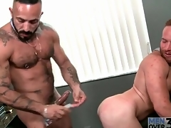Linger queen fucks a sexy redhead around the asshole